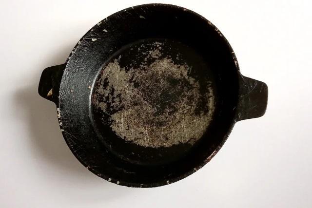 Ещё в советское время узнала, как почистить сковороду от многолетнего нагара. Лучше способа нет 1
