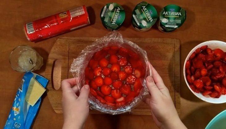 desert-privezla-s-dachi-korzinu-klubniki-bez-vypechki-3-8178156