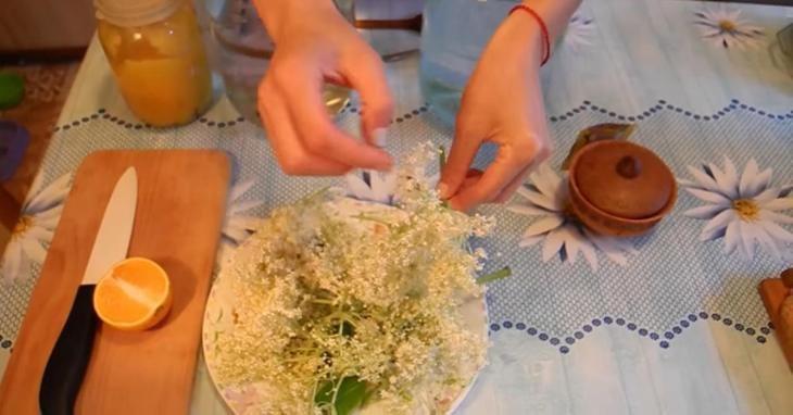 domashniy-limonad-iz-buziny-s-puzyr-kami-i-priyatnym-cvetom-2-5883881