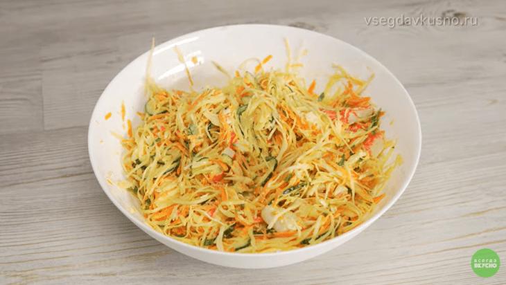 legkiy-salat-iz-ovoschey-i-krabovyh-palochek-1-1150638