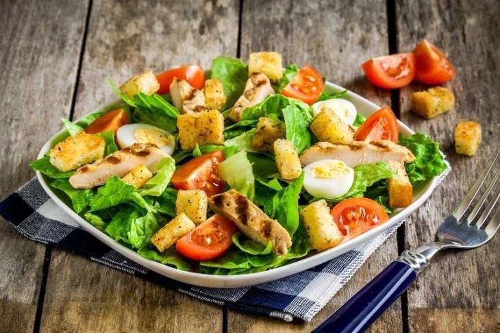 osobennosti-prigotovleniya-salata-cezar-s-kuricey-1-5179687
