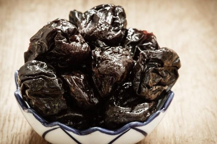 Чернослив для салата выбирай без косточек, мясистый и желательно высушенный без дыма