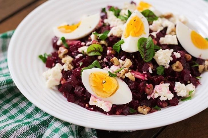 Простой салат из сыра, свеклы и яиц