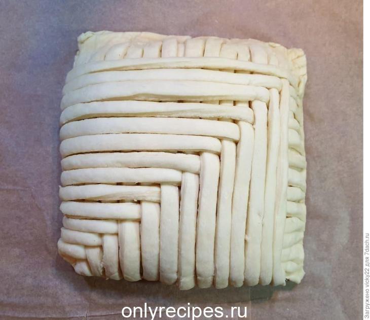 sloenyy-pirog-s-kuricey-i-shampin-onami-17-4691533