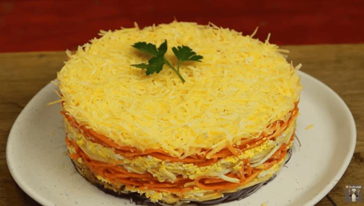 sloenyy-salat-na-vse-sluchai-zhizni-prostoy-i-poleznyy-recept-1-8056231